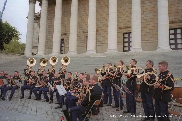 Músicos frente a la iglesia de la Madeleine en París durante la fiesta de la música