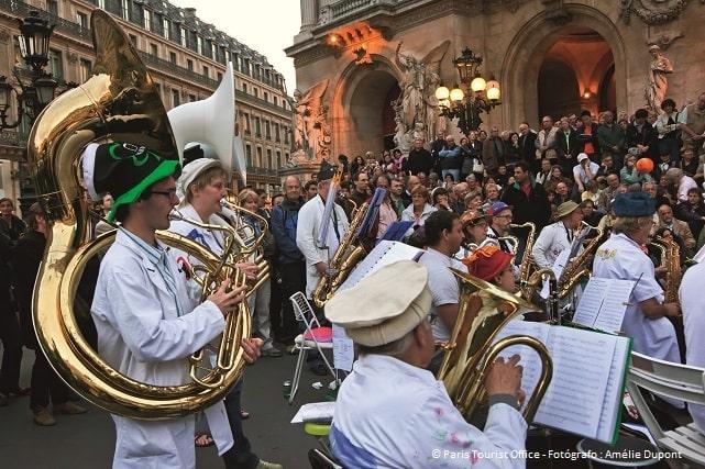Músicos frente a la Ópera de París durante la fiesta de la música