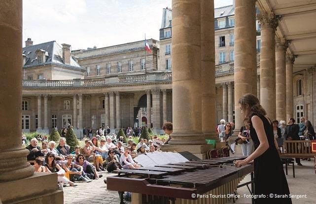 Artista al xilófono en el Hôtel de Soubise de París durante la fiesta de la música