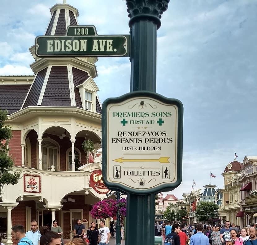 Cartel señalizando el punto de encuentro de niños perdidos en Disneyland París