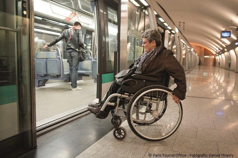 Mujer en silla de ruedas subiendo en un metro de París