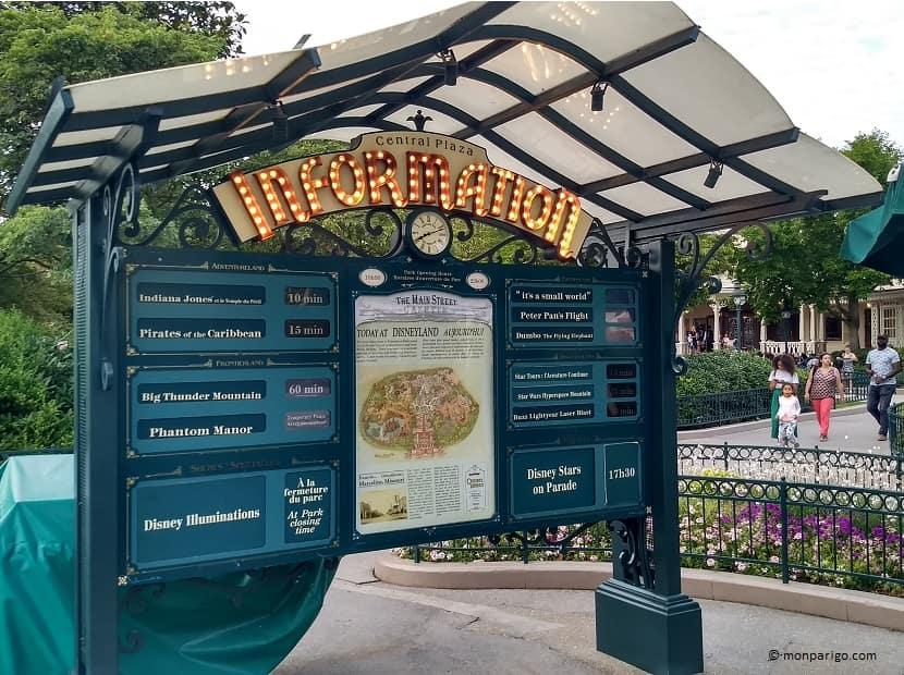 Pantalla con los tiempos de espera de las principales atracciones de Disneyland París