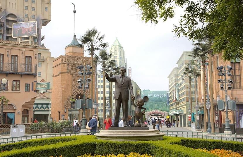 Escultura de Walt Disney de la mano de Mickey en Hollywood Boulevard en el  parque Walt Disney Studios París